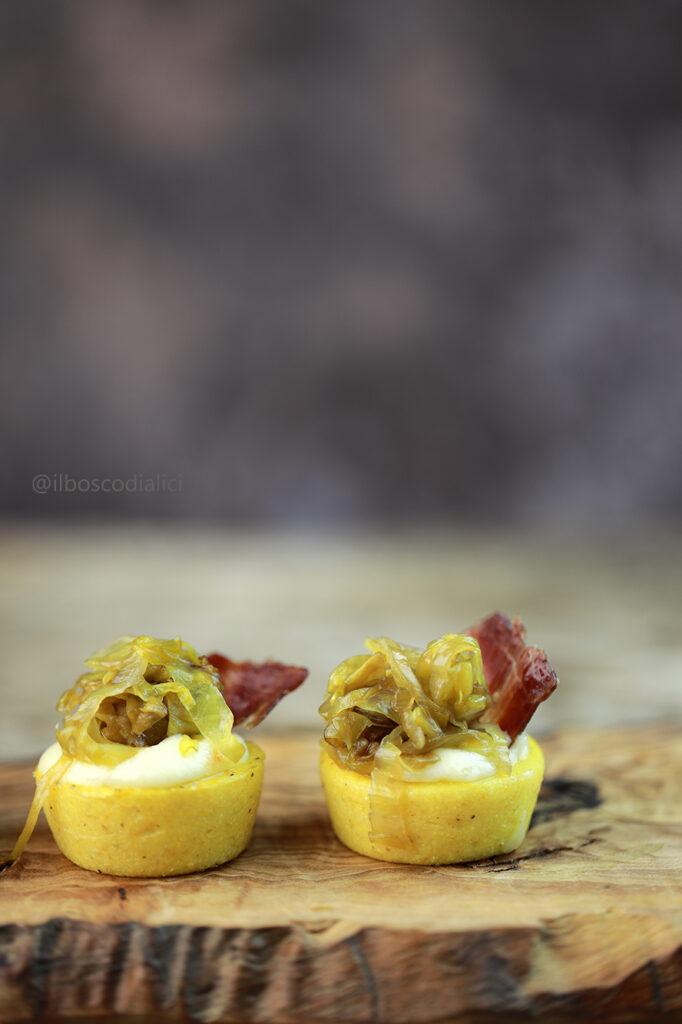 Bocconcini di polenta con fonduta di taleggio, radicchio caramellato e petali di speck croccante
