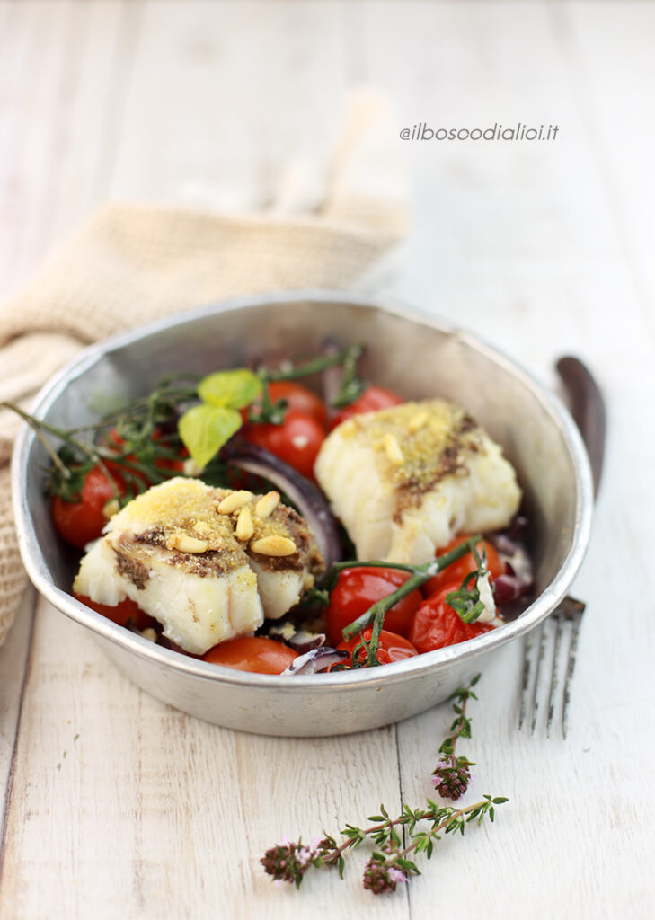 Merluzzo in crosta di olive e pinoli con cipolle rosse e pomodori
